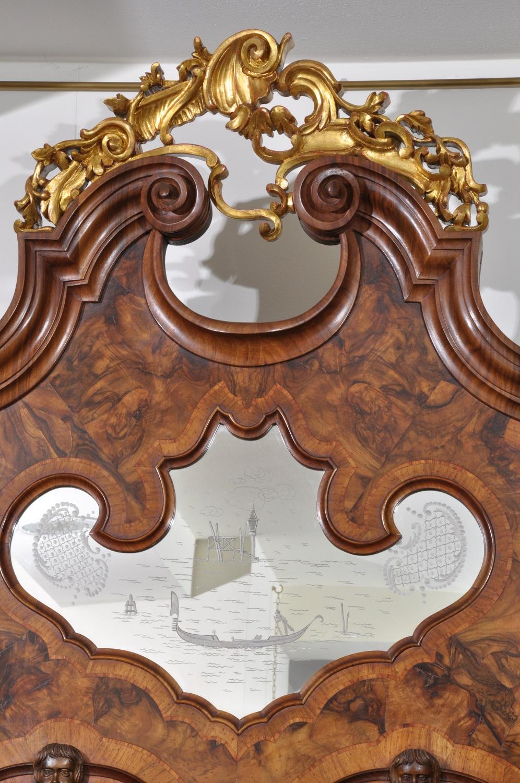cimasa costruita in radica di noce e intaglio scolpito a mano e laccato in foglia oro nello stile 700 barocco veneziano