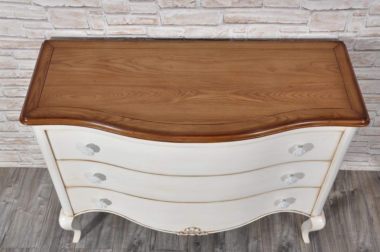 raffinata sagomatura della parte frontale del comò riprodotto in stile classico provenzale laccato bianco patinato con terra marrone