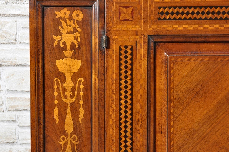 riprodotta con cassetti segreti e intarsiata a mano con motivi floreali e geometrici in essenza pregiata di noce e legni esotici di acero ciliegio palissandro ed ebano lastronati con uno spessore grosso di 3 mm.