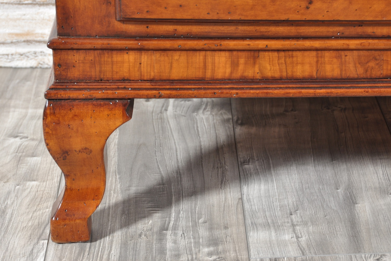 gambe sagomate in noce massello e intarsio della fascia in essenza di olivo