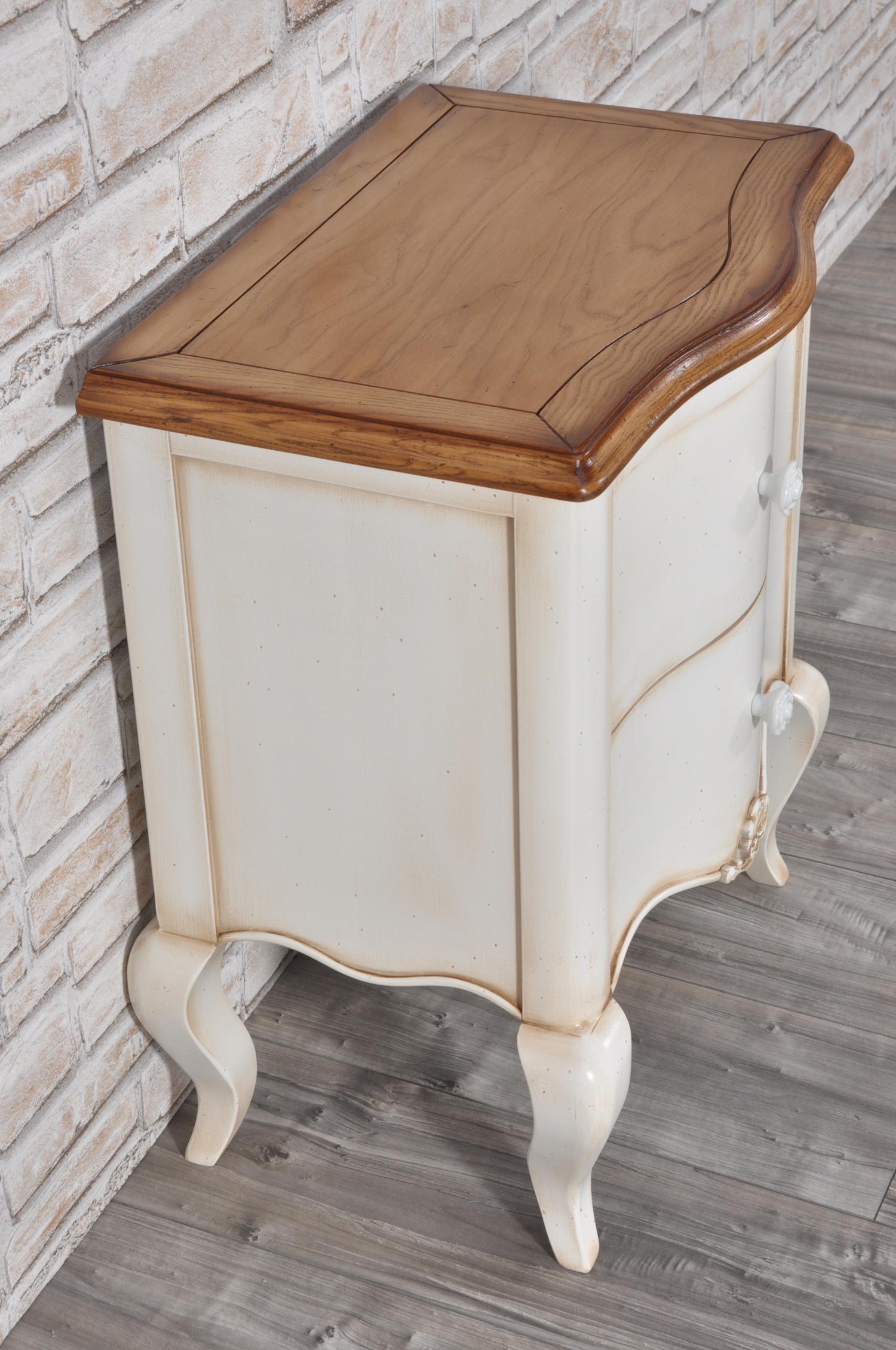 Elegante comodino sagomato in stile classico provenzale for Progettazione di mobili lavorazione del legno