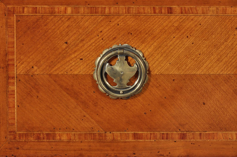 maniglia fatta on bronzo fuso nello stile provenzale del comò realizzato con un alta qualità artigianale