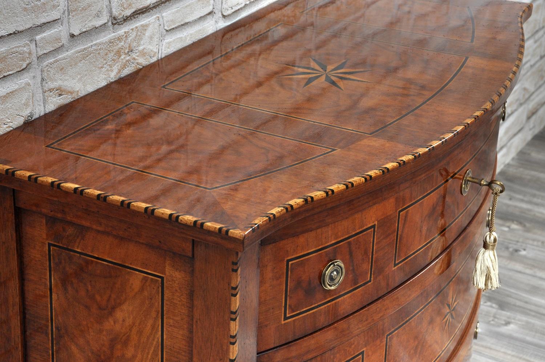 Com da ingresso sagomato e intarsiato riprodotto su for Progettazione di mobili lavorazione del legno