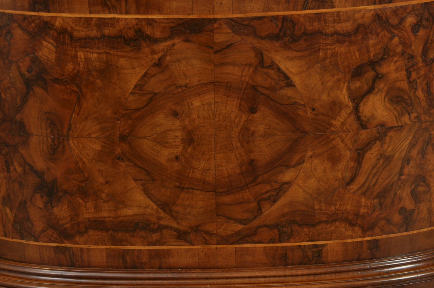 Bean-shaped centre room desk in Ferrarese walnut-root, inlaid by ...