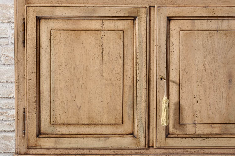 il brand di lusso Vangelista mobili ha realizzato le 2 ante inferiori basse della vetrina libreria con telaio e diamante lavorazione tipica degli arredi di lusso costruiti nelle botteghe inglesi verso la metà del 1800 in legno pregiato di noce massello