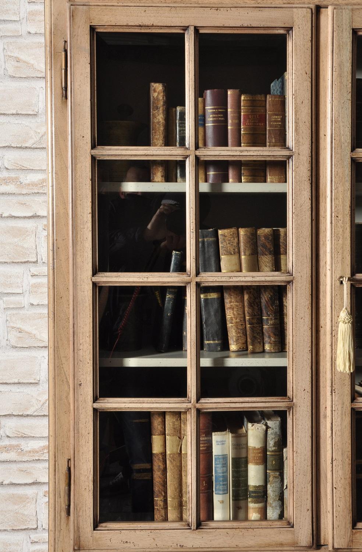 ante superiori della vetrina libreria prodotte con griglia e cristallo molato lavorazione tipica degli arredi di lusso in stile inglese costruita a mano nel laboratorio italiano del brand di lusso Vangelista mobili in legno pregiato di noce massello