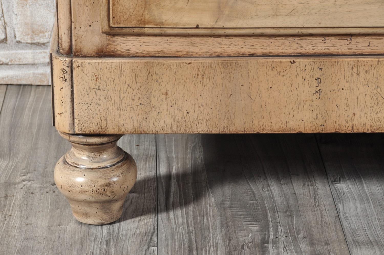 finitura sbiancato nocciola anticato a mano e lucidata con prodotti naturali delle gambe tornite nello stile inglese vittoriano tipico degli arredi di lusso dell'ottocento vetrina libreria prodotta e lucidata artigianalmente