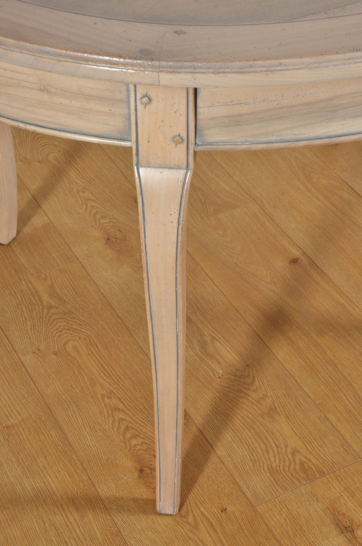 le gambe del tavolo francese in stile Provenzale sono mosse e sagomate con pregiato intaglio cordoncino eseguito a mano e arricchite da chiodi in rovere