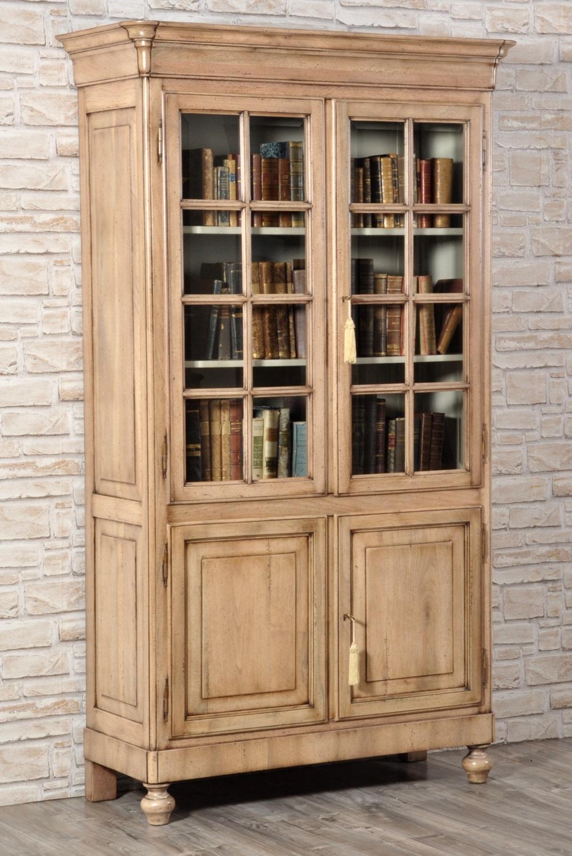 libreria vetrina riprodotta in legno pregiato di noce massello nello stile classico inglese vittoriano lussuoso arredo con 4 ante e sostegni torniti a mano manufatto made in Italy artigianale e fatto a mano lucidato sbiancato nocciola