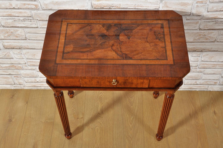 costruzione del tavolino intarsiato rettangolare di realizzazione made in Italy prodotto con il piano in radica con filetti in legno di acero ciliegio ebano e noce