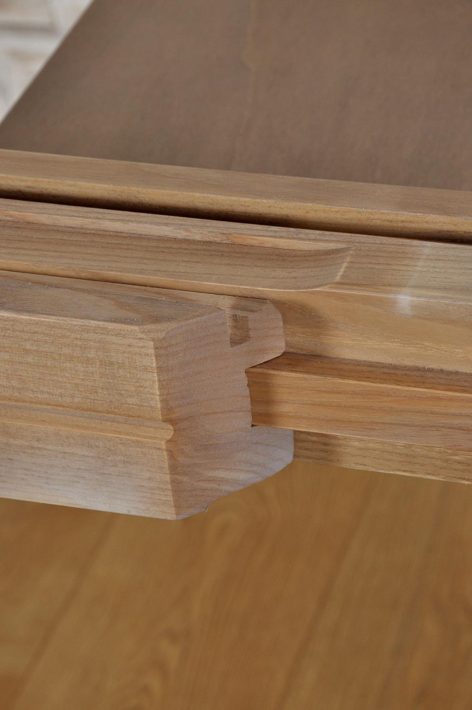 incastri a coda di rondine e scine di scorrimento in essenza dura di frassino possibilità di inserire internamente le allunghe dell'esclusivo tavolo ovale di lusso