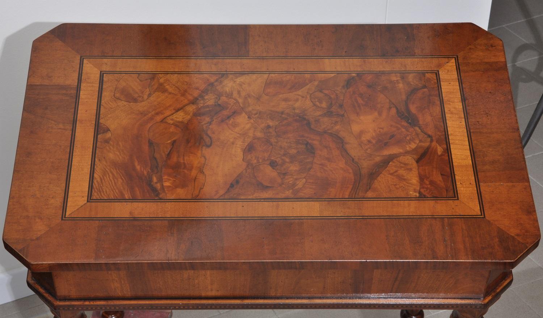 tavolino scantonato prodotto a mano e su misura con intarsio in essenze pregiate arredo in radica di noce per ingressi e salotto di lusso