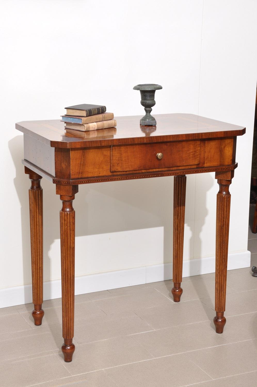 tavolino di lusso made in Italy rettangolare per salotti e ingressi con intarsio in radica di noce e essenze pregiate dei filetti gambe tornite scannellate stile inglese vittoriano