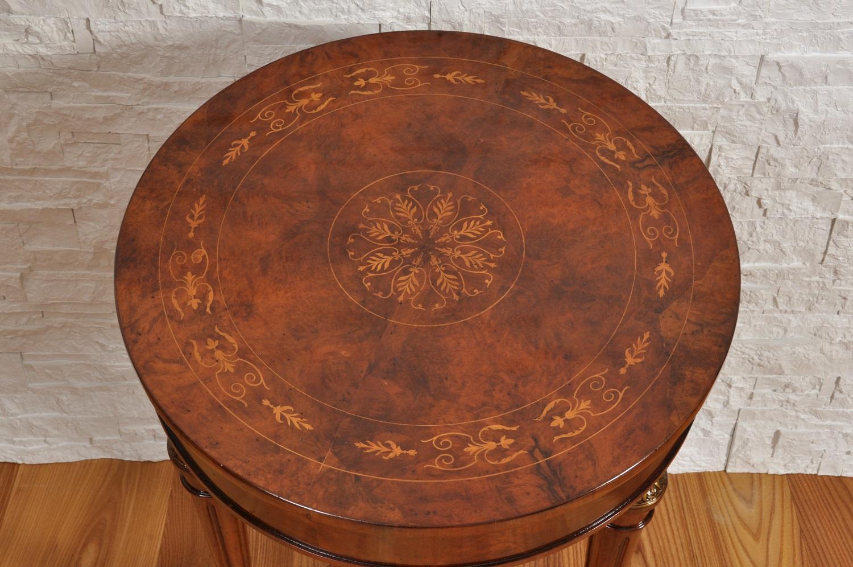 tavolino rotondo in stile classico vittoriano costruito e intarsiato in radica di noce con le gambe tornite prodotto con le caratteristiche del mobile d'epoca da salotto
