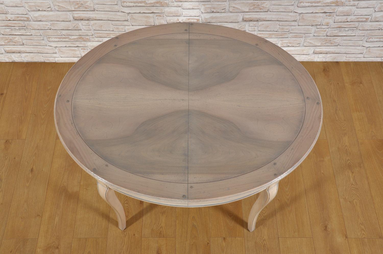 gambe del tavolo sagomate e mosse nello stile classico Provenzale del tavolo allungabile di forma ovale intarsiato in piuma di noce e ciliegio prodotto a mano