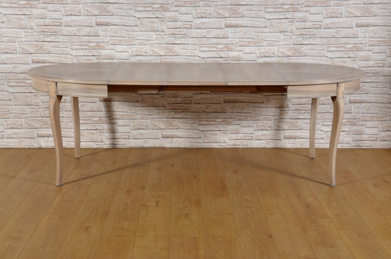 tavolo ovale con allunghe che si possono inserire e riporre internamente chiuso lungo 120 centimetri massima apertura estensione 245 le 4 gambe sono mosse e sagomate in stile Provenzale