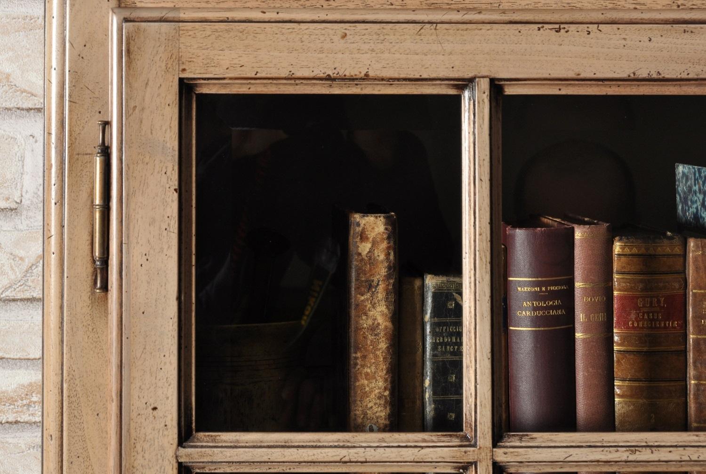 arredo di lusso e di alto valore personalizzabile esclusiva vetrina libreria di piccole dimensioni a 4 ante prodotta a mano e su misura nel laboratorio del brand di lusso made in Italy Vangelista mobili manufatto di pregio artigianale