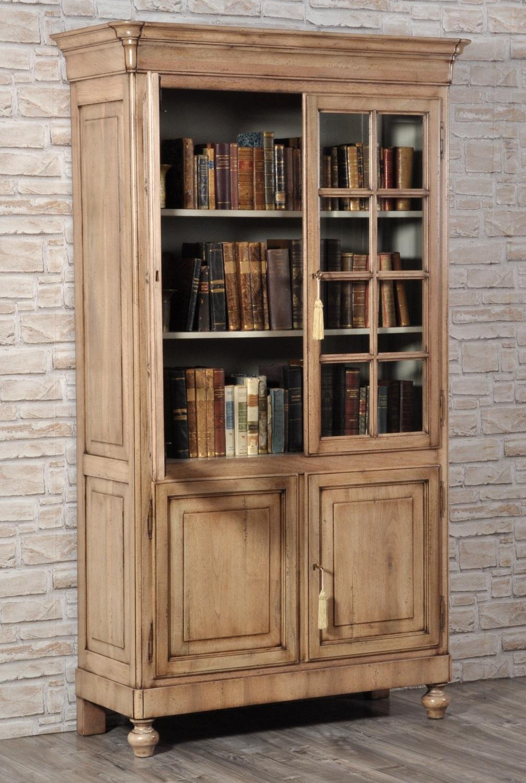 essenza pregiata di noce massello delle 4 ante della libreria vetrina di lusso costruita a mano per importanti salotti e soggiorni prestigiosi studi di lussuose residenze e ricche dimore in stile classico