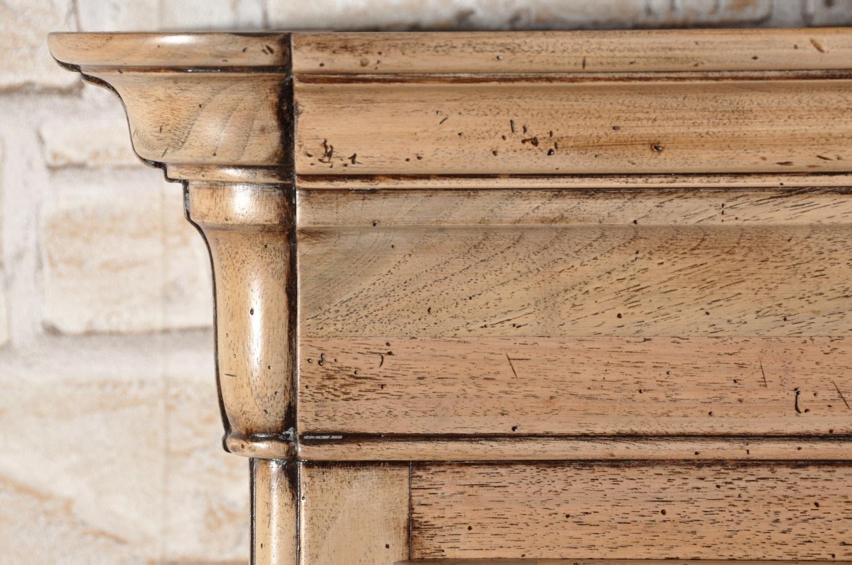 libreria vetrina lucidata a mano con prodotti naturali in legno di noce massello proposta con una finitura sbiancato nocciola anticato artigianalmente arredo di lusso realizzato per prestigiosi rivenditori e importanti studi di architettura
