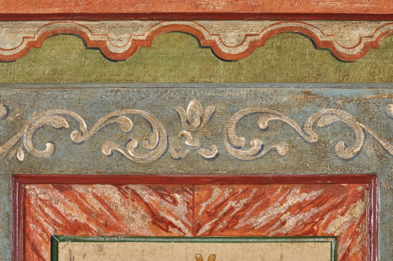 ricco e prestigioso armadio decorato a mano e realizzato su misura artigianalmente in stile tirolese