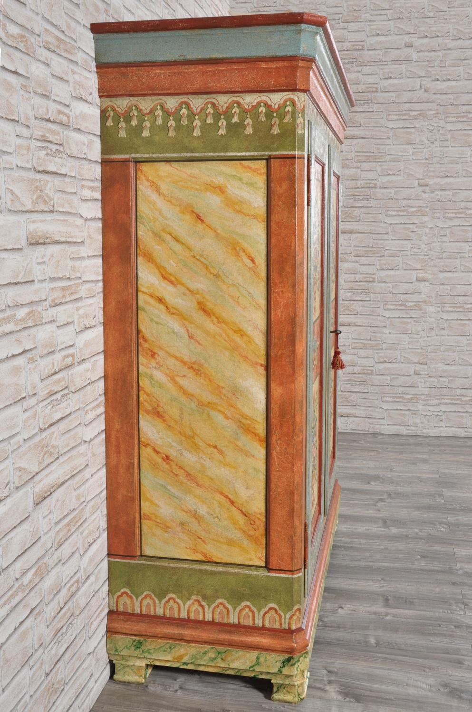 armadio di grandi dimensioni prodotto a mano e dipinto in stile classico tirolese a mano