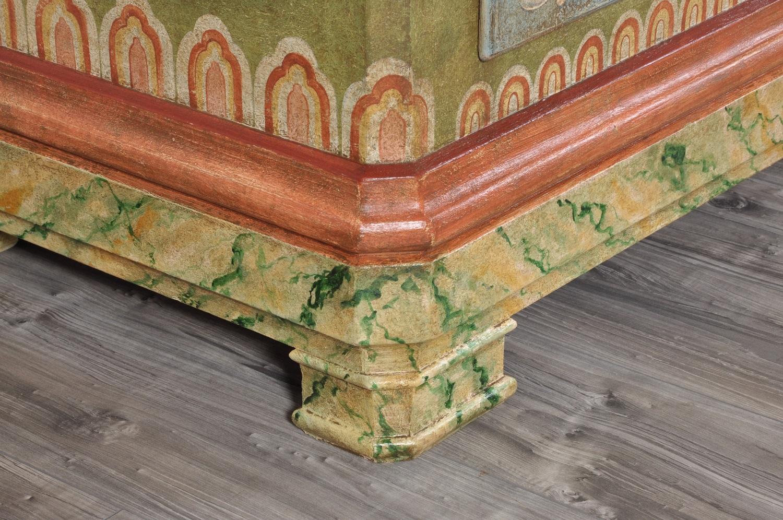 armadio di lusso decorato a mano in stile classico tirolese