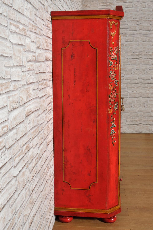 armadio riprodotto per importanti dimore ricche residenze e prestigiose case di montagna decorato a mano con le 4 stagioni tirolesi esclusivo arredo di lusso costruito su misura artigianalmente