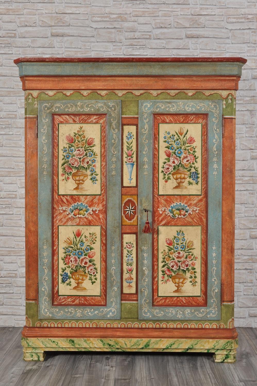 costruzione armadio si lusso in stile tirolese riprodotto su misura con importanti e pregiate decorazioni