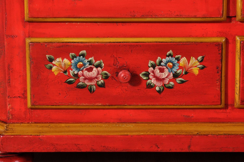il brand di lusso Vangelista mobili ha prodotto il cassetto con una laccatura in color rosso carminio e bordo tonalità giallo decorazioni con disegni di fiori armadio riprodotto nel laboratorio di alta ebanisteria
