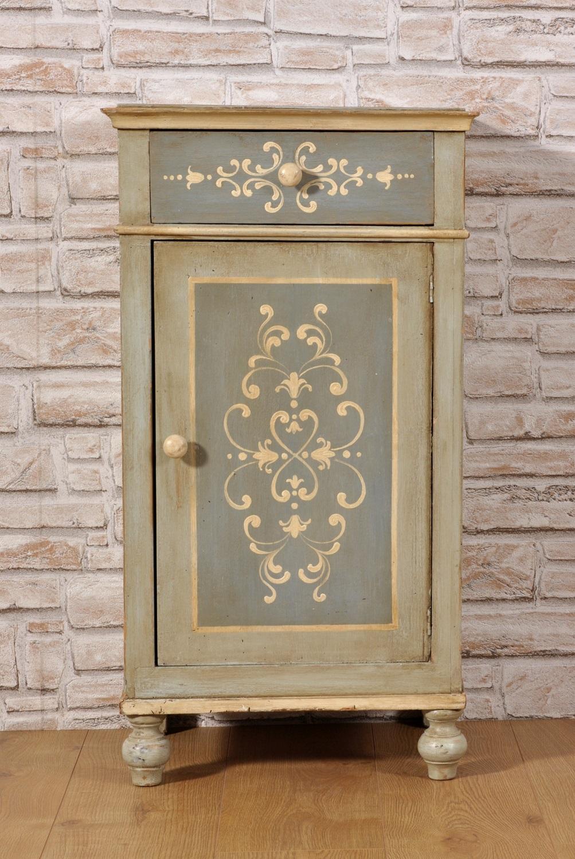 Comodino mobiletto tirolese decorato a mano con disegni barocchi riprodotti dal manufatto - Camere da letto di montagna ...