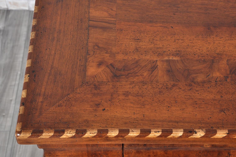 tavolo scrittoio intarsiato per importanti ingressi e prestigiosi studi di esclusive case ricche dimore e lussuose residenze con bordo in olivo massello essenza di valore