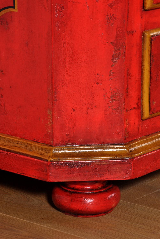 armadio con due ante e due cassetti realizzato per importanti dimore prestigiose residenze e lussuose case di montagna con cornice inferiore finemente sagomata e gambe di sostegno tornite a cipolla