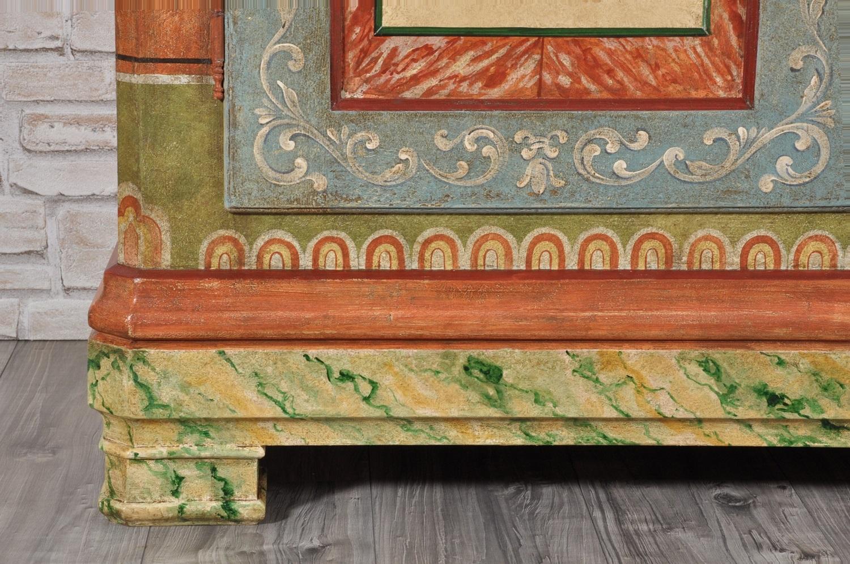 pregiata e ricca decorazione in policromia realizzata a mano nel laboratorio artigianale di alta ebanisteria vangelista mobili 1960