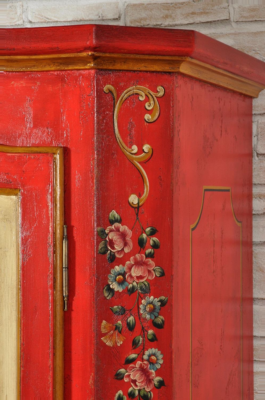 esclusivo armadio made in Italy realizzato con i 2 pilastri laterali scantonati e decorati con ricche pitture floreali e vegetali a scendere dalle tonalità vivaci in policromia arredo riprodotto per ambienti di montagna