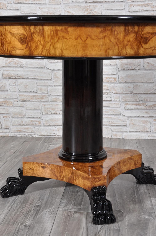 Tavolo rotondo intarsiato in radica di olivo con piedi for Tavolo rotondo nero