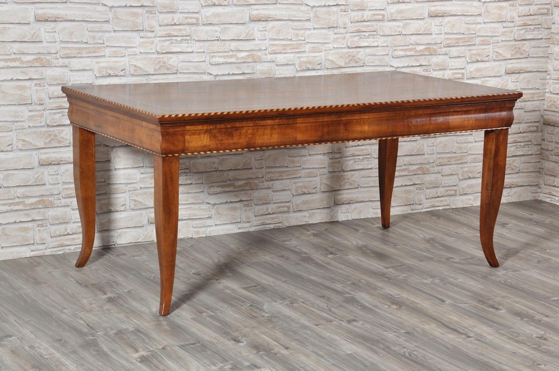 tavolo scrittoio in noce massello arredo di lusso con le 4 gambe alte sagomate a sciabola arredo di pregio per il centro stanza di produzione made in Italy