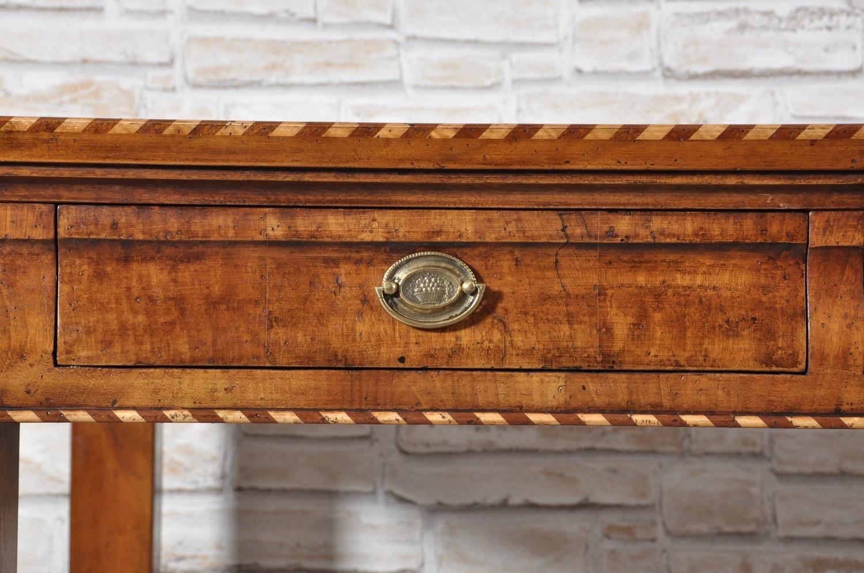 tavolo scrivania di lusso con intarsi di pregio in essenza di acero e palissandro cassetti sagomati in legno di noce cassetti sagomati in legno di noce manufatto di alta ebanisteria