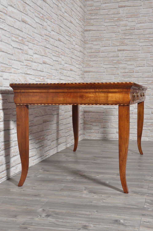 tavolo scrittoio con intarsi di lusso costruito su misura nel laboratorio di alta ebanisteria Vangelista mobili brand di lusso lucidato con gommalacca e cera e prodotti naturali