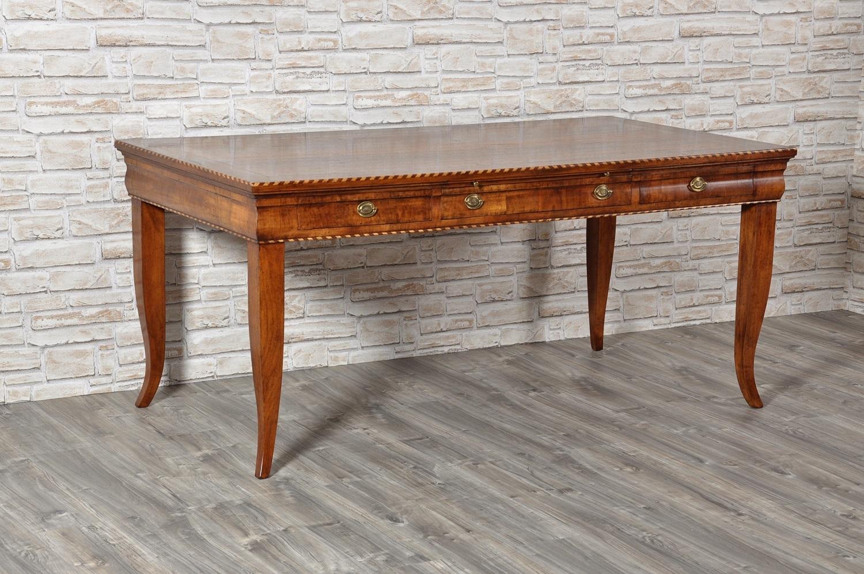tavolo scrivania con importanti intarsi e 4 gambe alte sagomate a sciabola riprodotto nello stile classico asolano Veneto del 1700