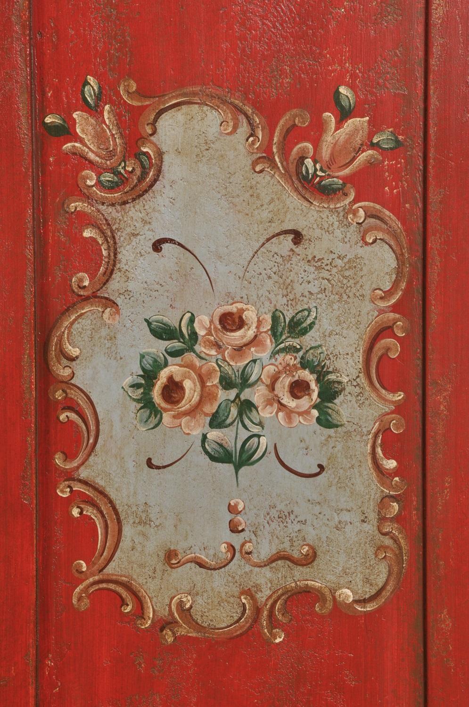 mobiletto di lusso per arredamenti di montagna con 2 cassetti e una anta nei colori del beige avio e rosso con decori fatti a mano soggetti floreali e barocchi riprodotto a mano