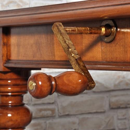 manovella in ottone estende e allunga il tavolo di forma rettangolare prodotto in legno pregiato di noce intarsio elegante in olivo