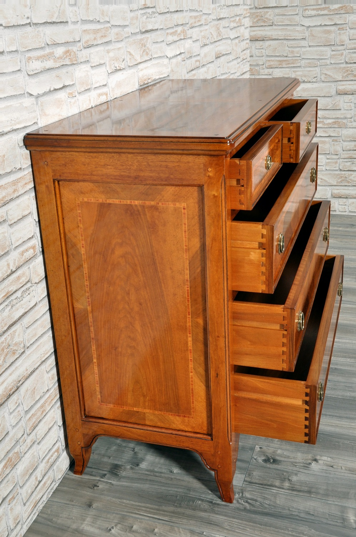 incastro a coda di rondine degli interni dei cassetti del comò costruito nello stile provenzale realizzati in legno pregiato di frassino massello