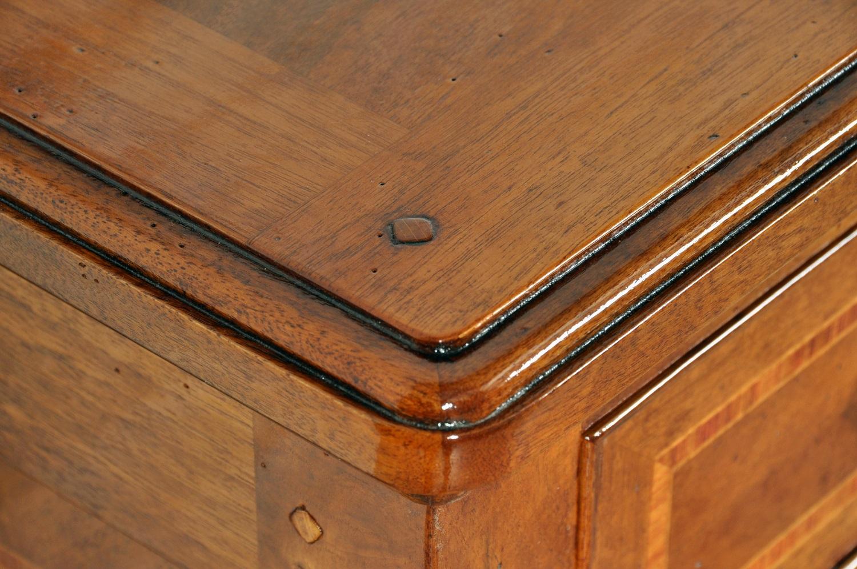 angoli del piano finemente arrotondati con il bordo sagomato con una modanatura riprodotta dalla stessa dei mobili francesi della Provenza