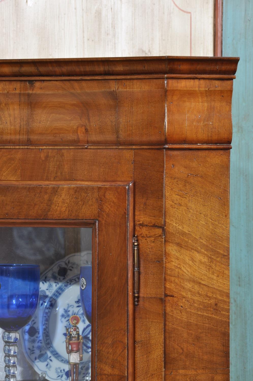 angolare vetrina con cornice sagomata e gambe a sciabola riprodotto su misura a mano mobile veneto di lusso