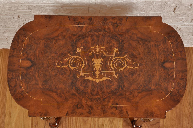tavolino di lusso da salotto riprodotto su misura con una splendida radica di noce della California manufatto di forma rettangolare sagomato con intarsio in acero