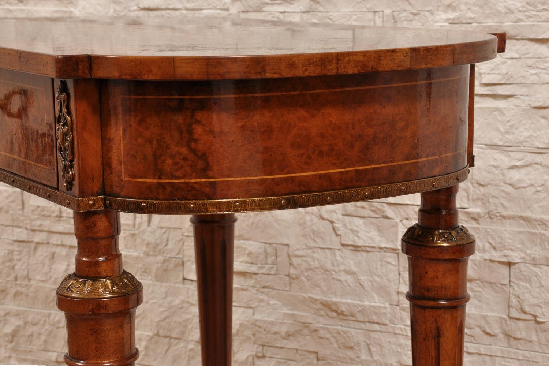 tavolino da salotto di lusso costruzione fatta con una pregiata radica di noce ferrarese in stile inglese vittoriano arredo di produzione made in Italy con eleganti bronzi e gambe tornite