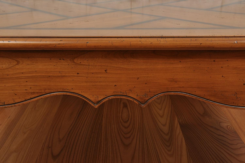 il tavolo da salotto e da te ha le fasce e le sponde intagliate e sagomate a mano in essenza pregiata nello stile classico provenzale arredo di pregio e di lusso
