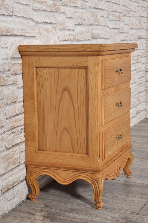 produzione comodini in stile classico provenzale intagliati in legno di ciliegio massello su misura