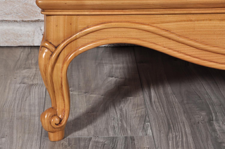 sagomatura della gambe con intaglio su ciliegio massello lavorazione di lusso artigianale