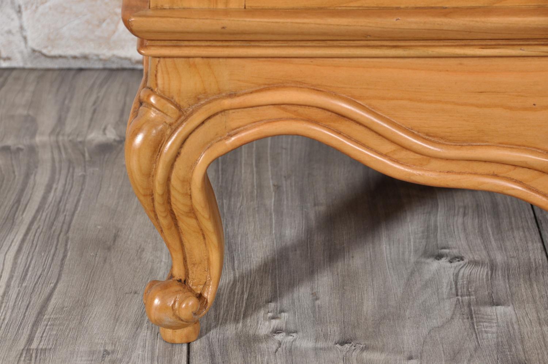 gamba a riccio intalgiata in stile classico provenzale